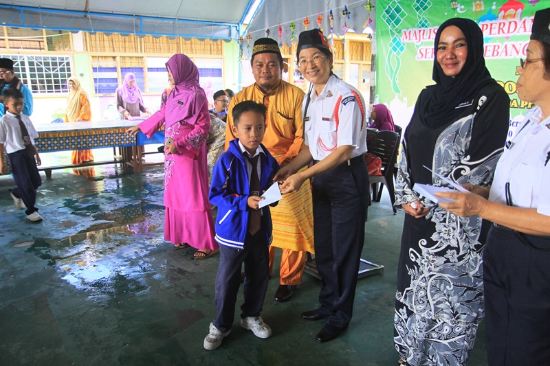 IMG_6811b Capt Roseline presenting a voucher to a student, witnessed by Principal Cik Suriyati